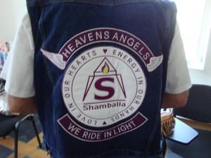 Ангели на сърцето, да яхнем светлината! Лого на дрехата на Хари Баба.