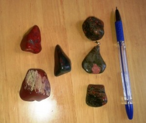 Полирани кристали- лява колона червен яспис, среда хелиотроп, дясна колона- унакит. Цена 5 лв.