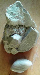 Лунен камък- астерус необработен и под него полиран лунен камък