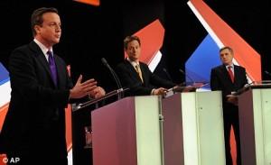 (л-д) Дейвид Камерън, Ник Клег и Гордън Браун по време на телевизионен дебат